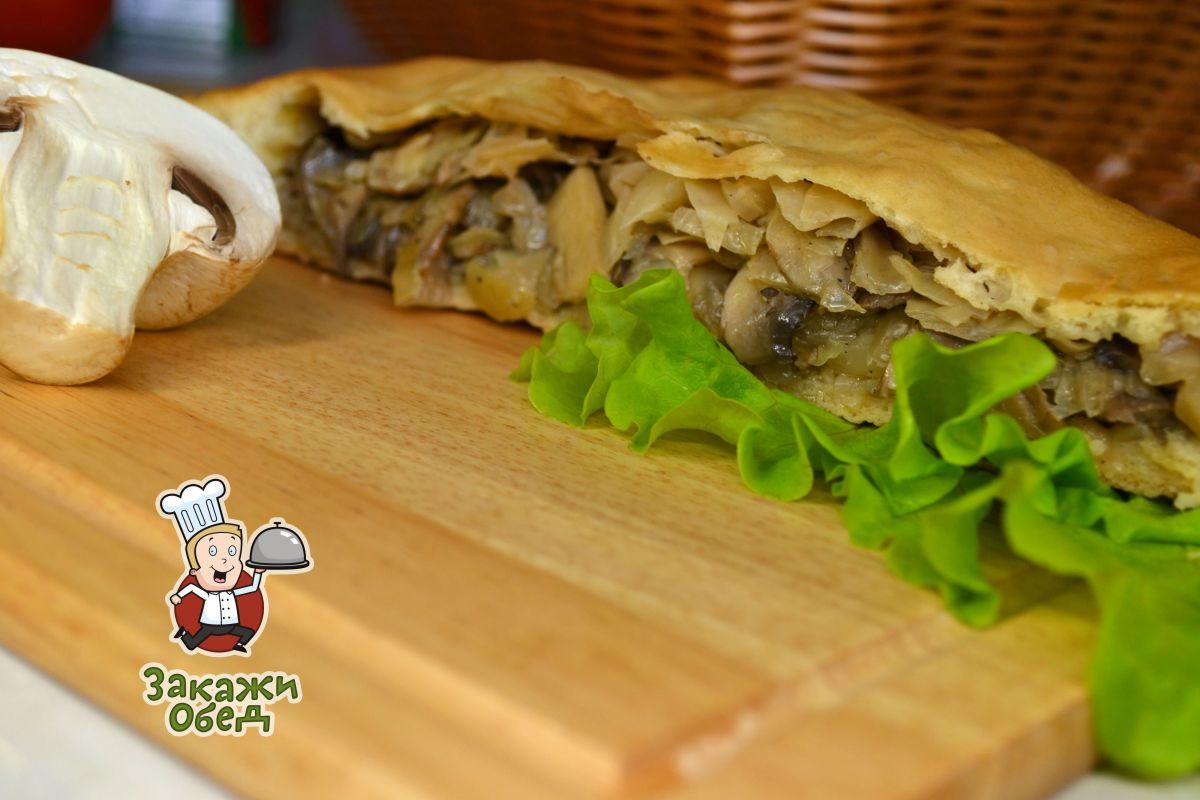 Пирог из слоеного теста с капустой, грибами (2,4 кг.)