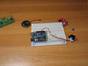 Фоторезистор управляет сервомотором
