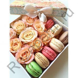 Коробочка с цветами и макарунами №3