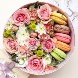 Коробочка с цветами и макарунами №5