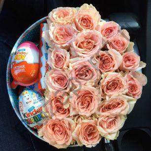 Коробочка с цветами и киндерами