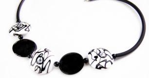 Колье с черно-белыми бусинами муранское стекло