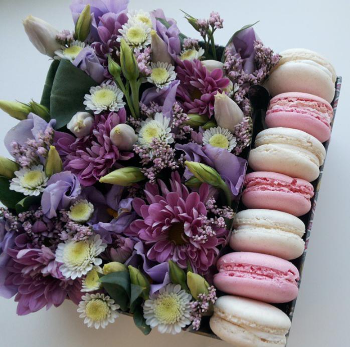 Коробка с живыми цветами и макаронс квадратная