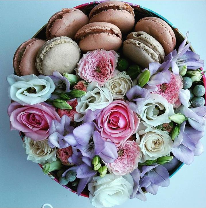 Коробка с живыми цветами и макаронс круглая