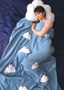 голубой плед с облаками и подушка облако
