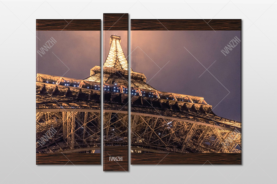 У подножия Эйфелевой Башни в Париже