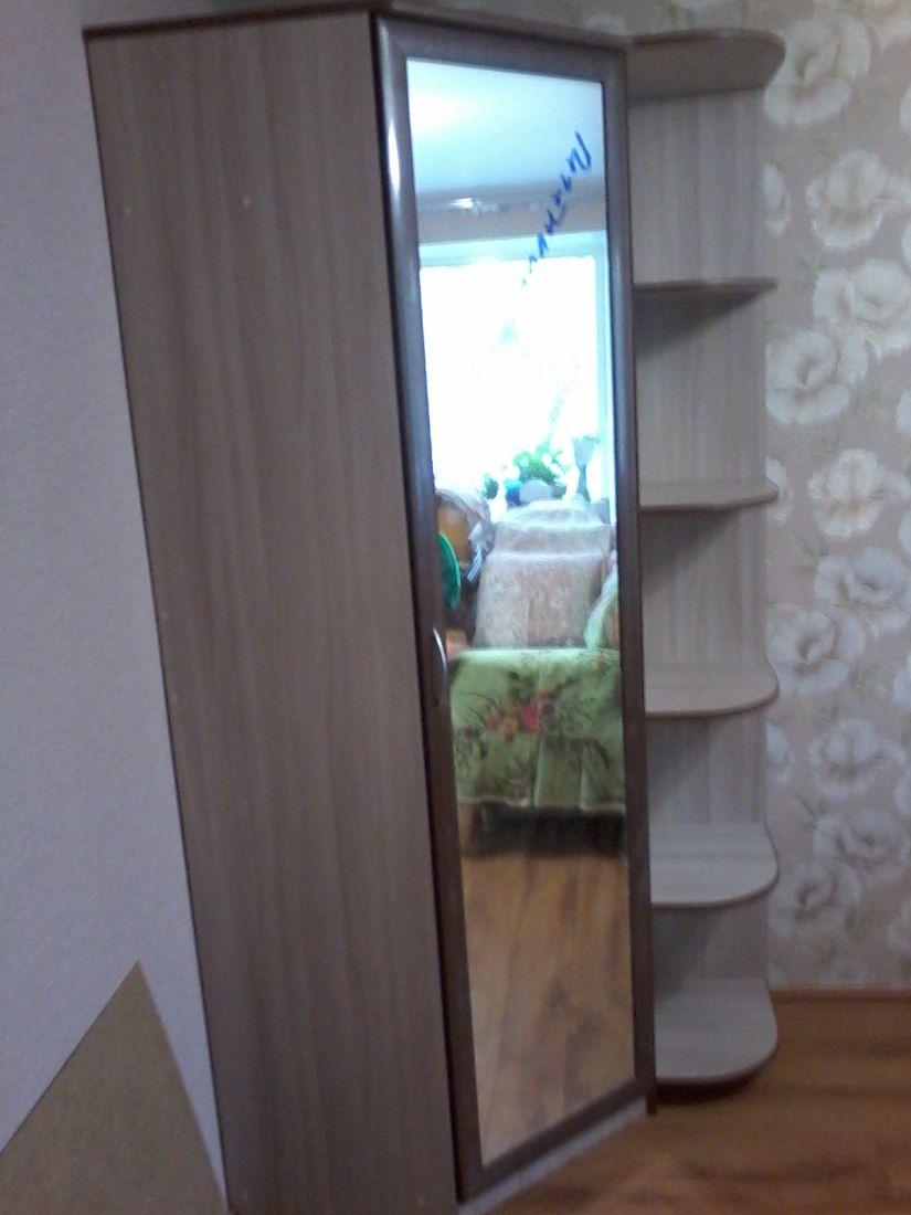 Шкаф угловой с зеркалом и угловыми полками.