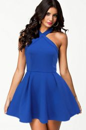 Ярко-синее платье приталенного силуэта