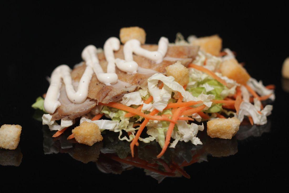 Салат из курицы с сырным соусом