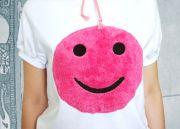 Смайлик мягкий и приятный на ощупь, надежно пришит к футболке.