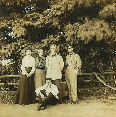 Жена сына Бориса Надежда, дочь Антонина, Клавдий Егорович, сын Борис, сидит сын Виктор