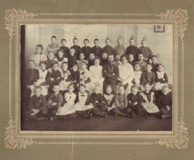 Класс 1 Петербургской гимназии, 1 ряд, четвертый справа - Митя Кабалевский (1911/12 г.г.)