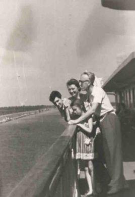 С сыном, дочерью и женой (1958 г.)