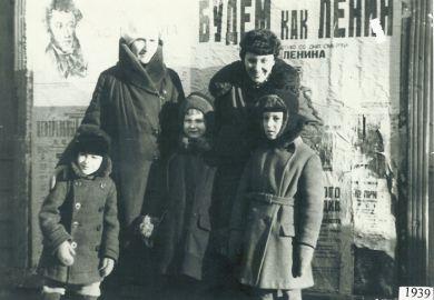 Е. Б. Кабалевская и Э. И. Кабалевская с детьми Сашей, Мариной и Юрой (1940 г.)