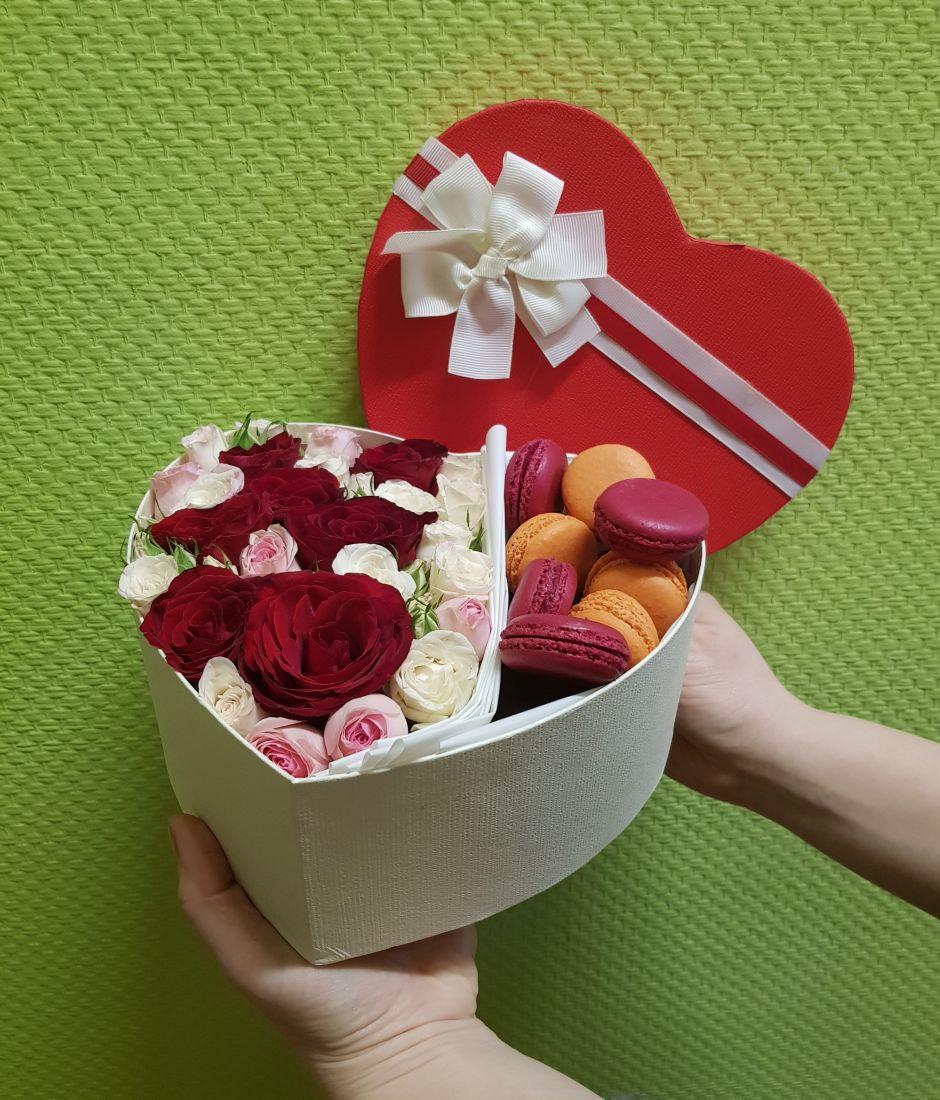 Подарочная коробка с розами и макарунами «Сердечные сладости»