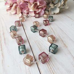 Колье из бусин-кубиков розово-серый цвет
