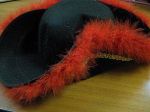 Шляпа пирата с красной опушкой