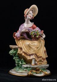 Сидящая дама с корзиной цветов, Capodimonte, Италия., артикул 00529