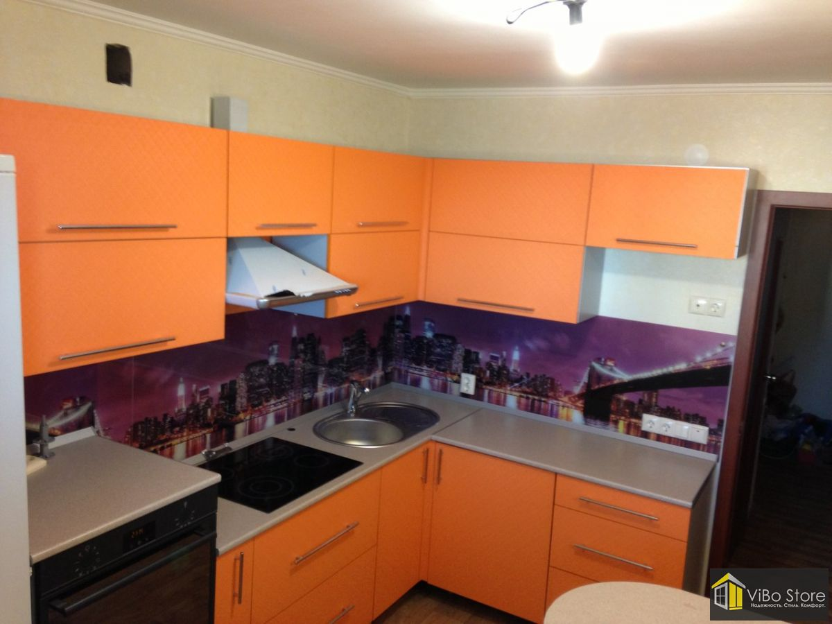 Оранжевая кухня с серой столешницей
