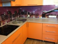 Оранжевая кухня с серой столешницей-3