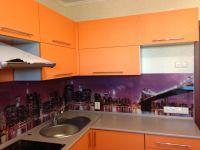 Оранжевая кухня с серой столешницей-4