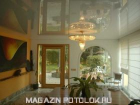 Натяжной потолок в зал 20 кв.м., глянцевый без швов
