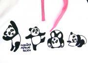 На груди толстовки рисунок из непринужденно веселящихся панд.