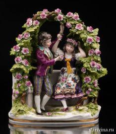 Юная пара в цветочной беседке, Дрезден, Германия