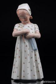 Девочка с куклой, Bing & Grondahl, Дания