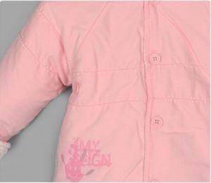 Комплект для девочки состоит из куртки, варежек и мешка для ножек