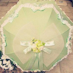 Зеленый зонт в белый горошек