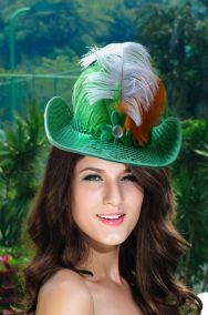 Зеленая шляпа с широкими полями и паетками