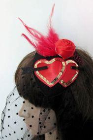Украшение для прически в виде красных сердечек с вуалю