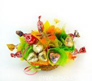 """Букетик из конфет в корзиночке №259 """"Миниатюра с яблоком"""""""