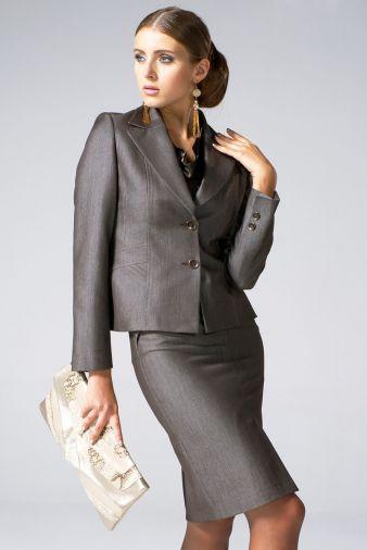 Классический костюм с прямой юбкой серого цвета