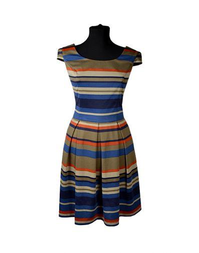 Трикотажное платье в цветную полоску с коротким рукавом