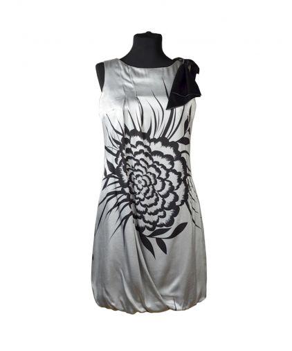 Серебристое платье-баллон из тонкого атласа с цветочным рисунком
