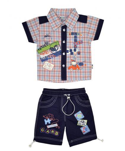 Клетчатая рубашка и темно-синие хлопковые шорты