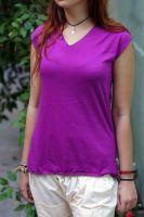 Женская однотонная трикотажная футболка яркого фиолетового цвета из трикотажа высокого качества.