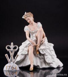 Девушка, завязывающая балетную туфельку, Wallendorf, Германия, 1960 гг