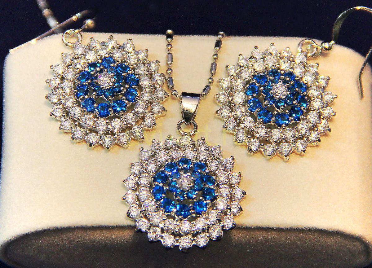 Комплект украшений с сапфирами и искусственными бриллиантами - серьги и цепочка с подвеской
