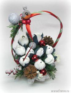 """Новогодняя корзинка с цветами из конфет """"Снегирь на ветке"""""""