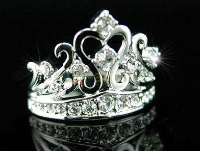 """Стильное позолоченное белым золотом кольцо """"Корона"""" с кристаллами Сваровски"""