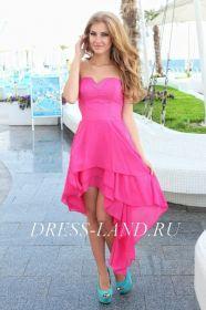 Ярко-розовое платье со шлейфом