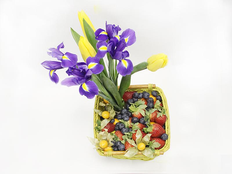Фруктово-цветочная корзина Ягодный микс