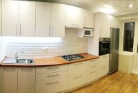 светлая кухня с коричневой столешницей