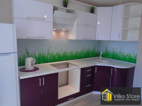 Бело-фиолетовая угловая кухня