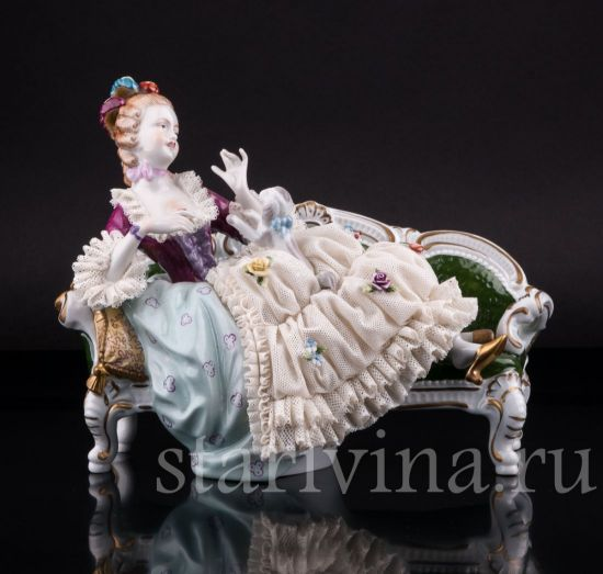 Фарфоровая статуэтка Дама с собакой на диване, кружевная производства Unterweissbach, Германия
