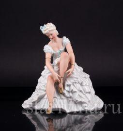 Девушка, завязывающая балетную туфельку, Unterweissbach, Германия, сер. 20 в
