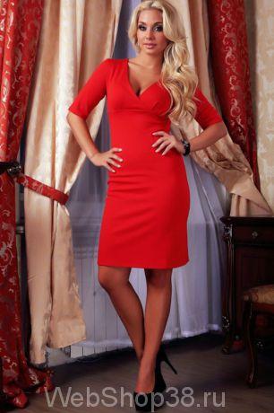 Красное платье с V-образным вырезом и рукавом до локтя